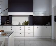 Кухня однорядная, встроенная техника, фасады AlvicLux, столешница Alphalux